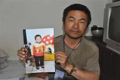 """被藏24年,刘德华""""儿子""""终曝光,背后嫌犯3次作案,太坏了"""