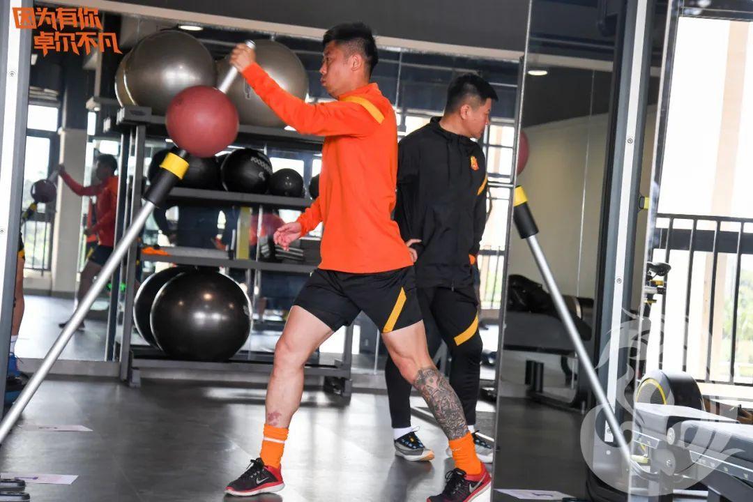 武汉队在健身房挥汗淋漓!专注于力量的高强度训练……