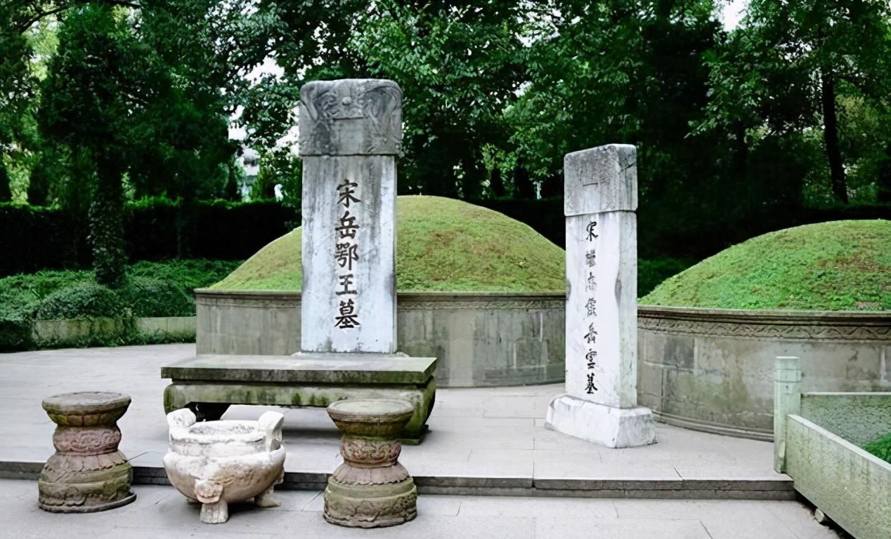 岳飞墓前原本有跪着5个铁人,为何现在只剩4个?少的那个人是谁