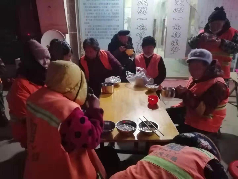 """郸城县新时代文明实践:""""喜迎腊八节 情暖环卫工""""志愿者在行动"""