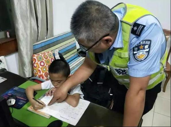 全能民警!孩子迷路送到警局写作业全程民警辅导:不能摸鱼的作业