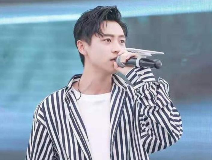 魏晨回应专业歌手不假唱,魏晨现场被迫关麦,叫停主办方