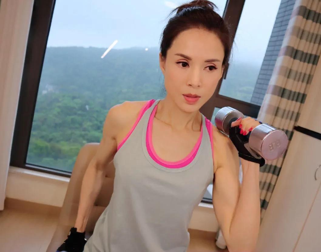 53岁李若彤的马甲线,犹如20岁少女,同款腹肌,这5个动作经常练
