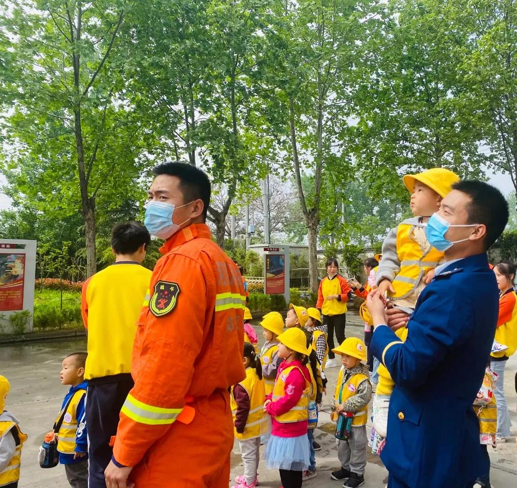 """汇爱托育中心丨大户外走进消防队,萌娃致敬""""火焰蓝"""""""