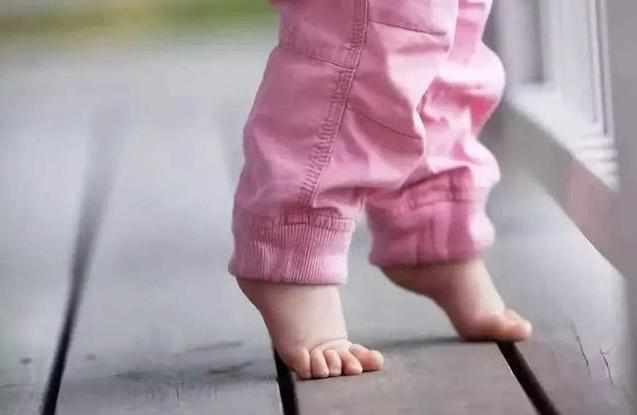 """给宝宝选鞋有讲究,牢记""""夏5冬10""""原则,买来的鞋更合适"""