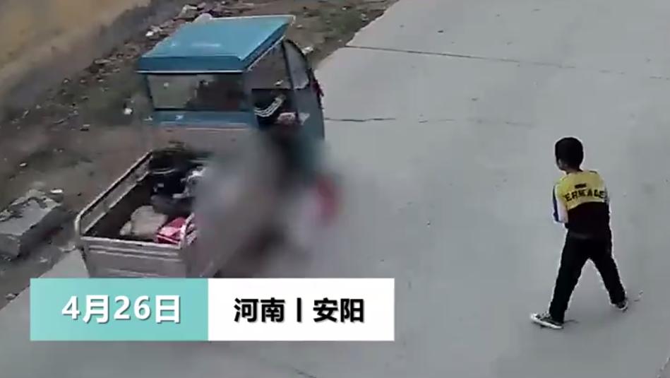 三轮车碾过小女孩后欲逃逸,货车司机仗义出手,一把将其拽下