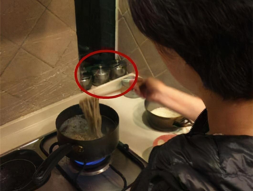邓超发微博炫耀孙俪为他做饭,却意外爆出家中细节,网友:厉害了