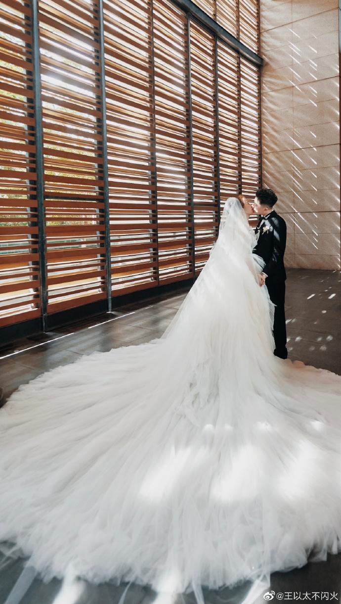 嘻哈歌手王以太官宣结婚!妻子真实身份曝光,颜值神似韩剧女主