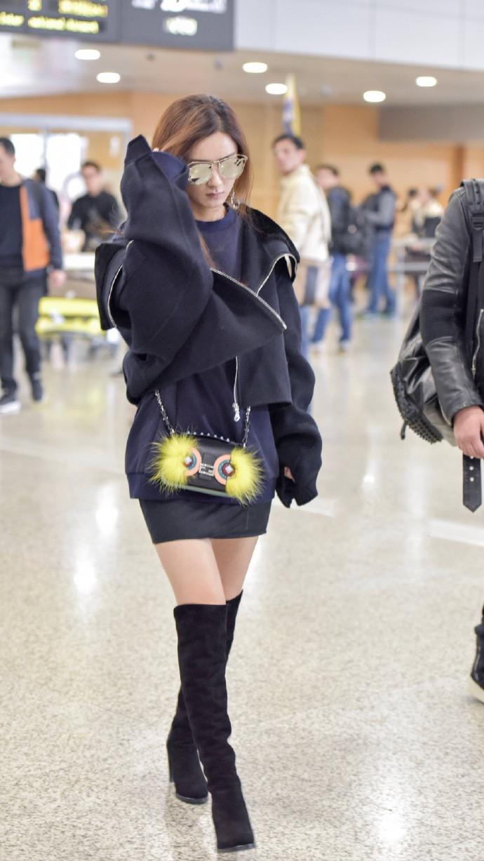 赵丽颖走机场也挺自信的,穿卫衣搭短裙凹下衣失踪,细腿赚饱眼球