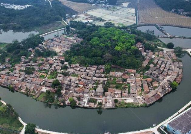 广东省一个县,人口超120万,距深圳市97公里