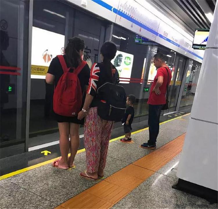 """地铁上,年轻宝妈不经意的""""小动作""""火了,网友:细节见人品"""