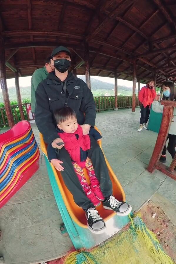 張晉帶兒子玩彩虹滑道,樂兒頭髮被吹成中分,臉嚇得通紅表情淡定