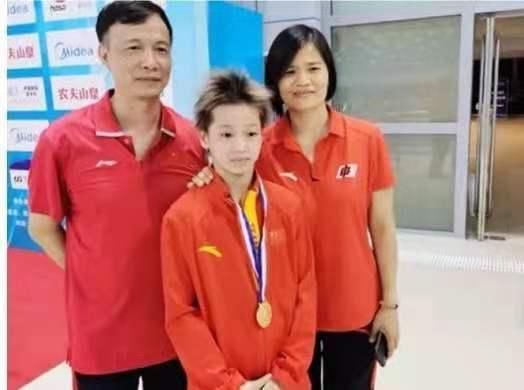 """全红婵被严格""""保护""""!广东教练紧握她手臂寸步不离 拒绝任何采访"""
