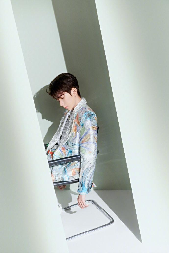 """王源设计舞台造型 呼应新歌画的""""花瓣""""妆"""