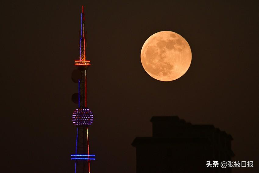 """张掖上空的""""超级月亮""""你见了没!都在这呢"""