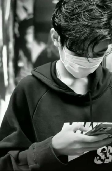 袁詠儀為兒子慶生,曬全家福解釋兒子名字,14歲魔童帥氣超爸爸