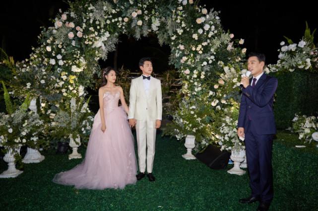 王彦霖晒婚礼高清照,与艾佳妮亲吻对视甜蜜又幸福,网友在线催生