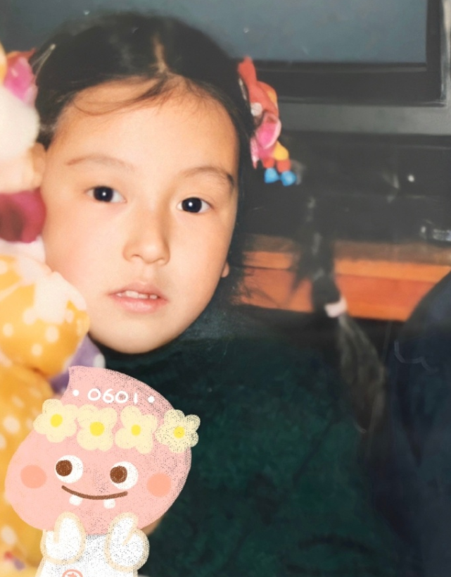 郭富城一岁小女儿首度曝光,爸爸陪着尝试玩单杠,五官像极了外婆