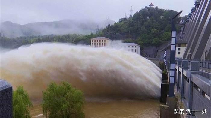 3个坏消息从印度传来!军方大巴被炸飞,山洪导致74人死亡