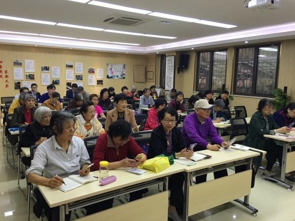 玄武区红山公园社区举办老人智能手机培训班