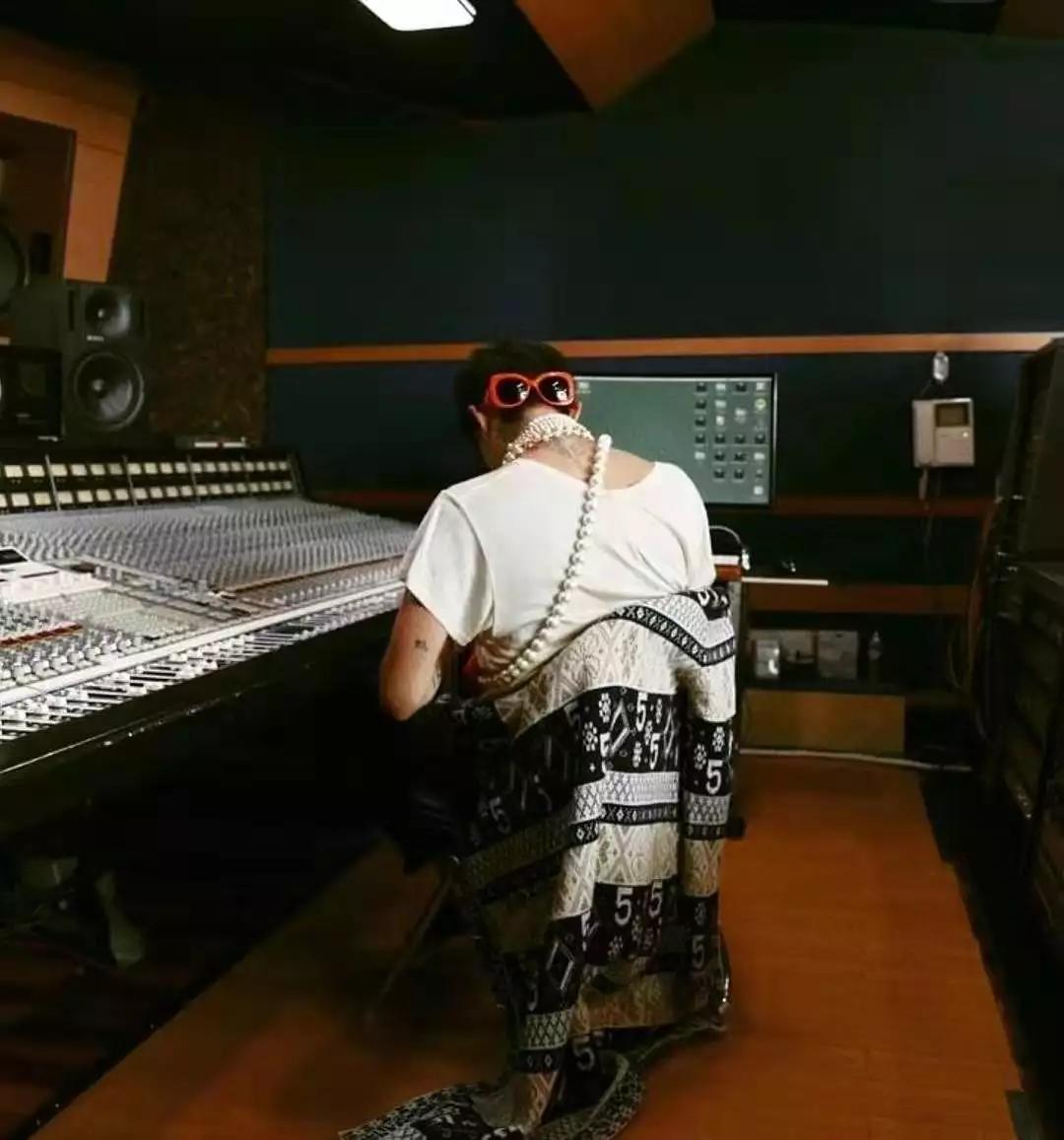 G-Dragon回归准备中,YG能否左右开弓扳回一城?