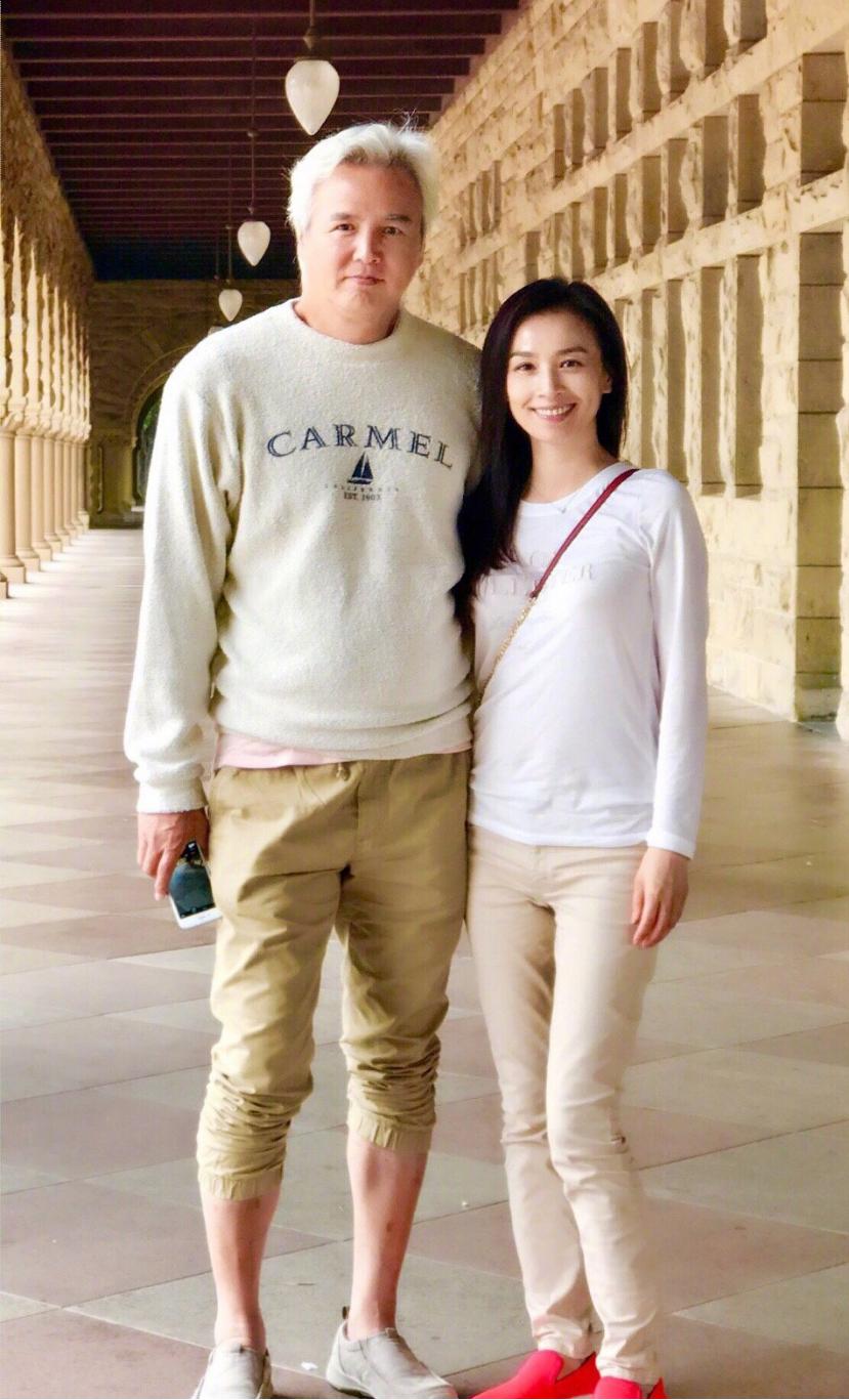 张庭和林瑞阳二人同框秀恩爱,身穿休闲装,看起来真的是很养眼