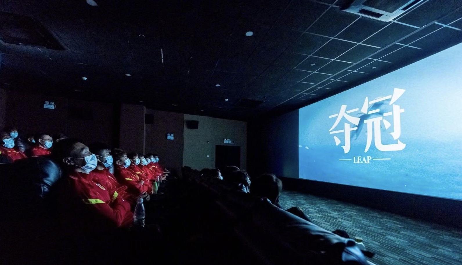 """国足集体看电影,中国男篮也看过!那次看完,周琦""""绝杀""""了自己"""