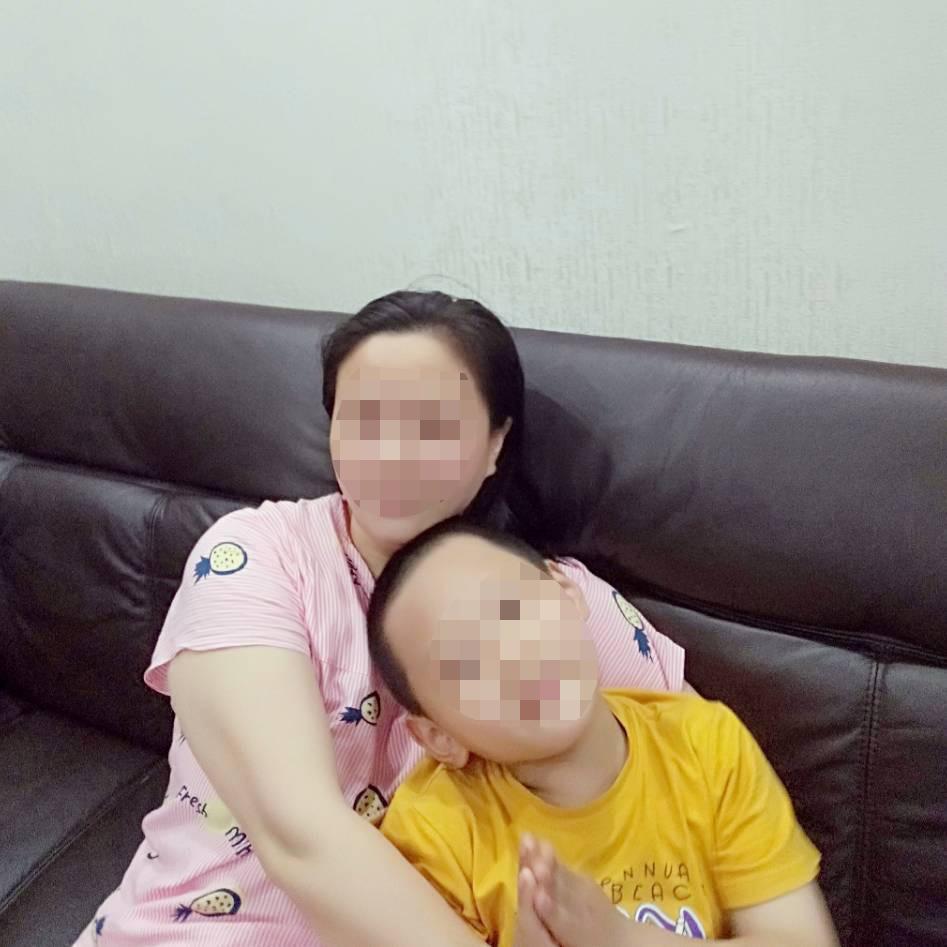 """重庆""""单身妈妈""""捡回弃婴抚养六年未落户,已到学龄期难入学,当地派出所:送到福利院再收养"""