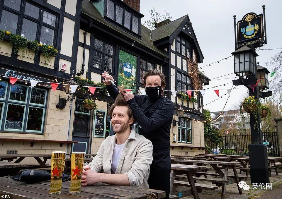 今天英国大规模解封,BBC黑起中国疫苗!英国群众冒雪喝酒购物