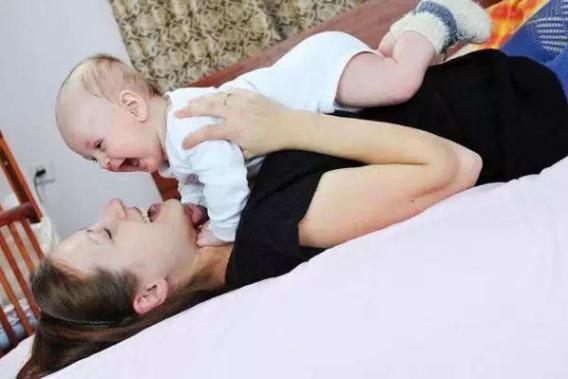 宝宝为啥迷上了拽头发、挠脸?孩子的小动作,是在向妈妈传递爱意