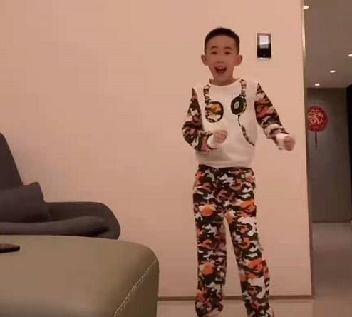 應采兒霸氣寵娃! 花5萬配頂級電腦,Jasper手舞足蹈超開心