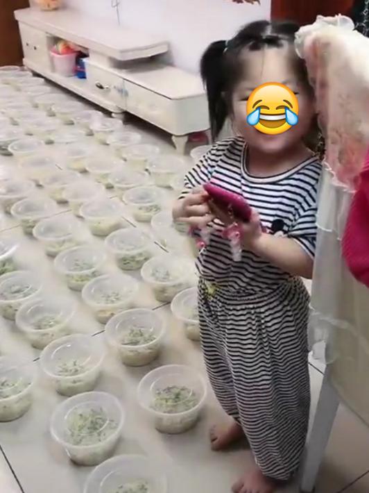 3岁女孩用爸爸手机点了100碗炸酱面!快递员在13层楼上下穿梭:你们咋点了这么多面