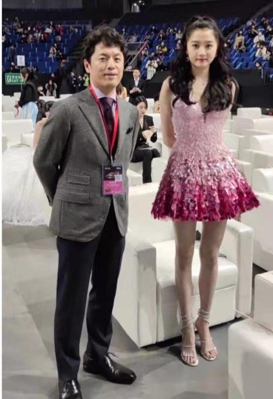 关晓彤穿亮片裙成为全场焦点,像来参加奥运会,网友:腿一骑绝尘