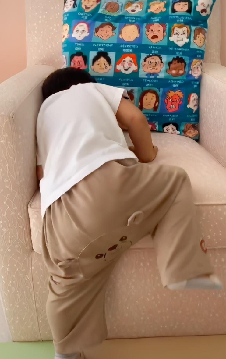 章子怡二胎兒子長大了! 17個月爬沙發顯乖巧,卻因穿紙尿褲惹爭議