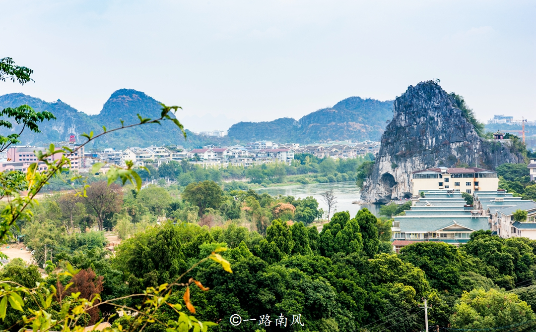 桂林核心景區疊彩山,主峰只有73米,卻是欣賞城市景觀的理想處