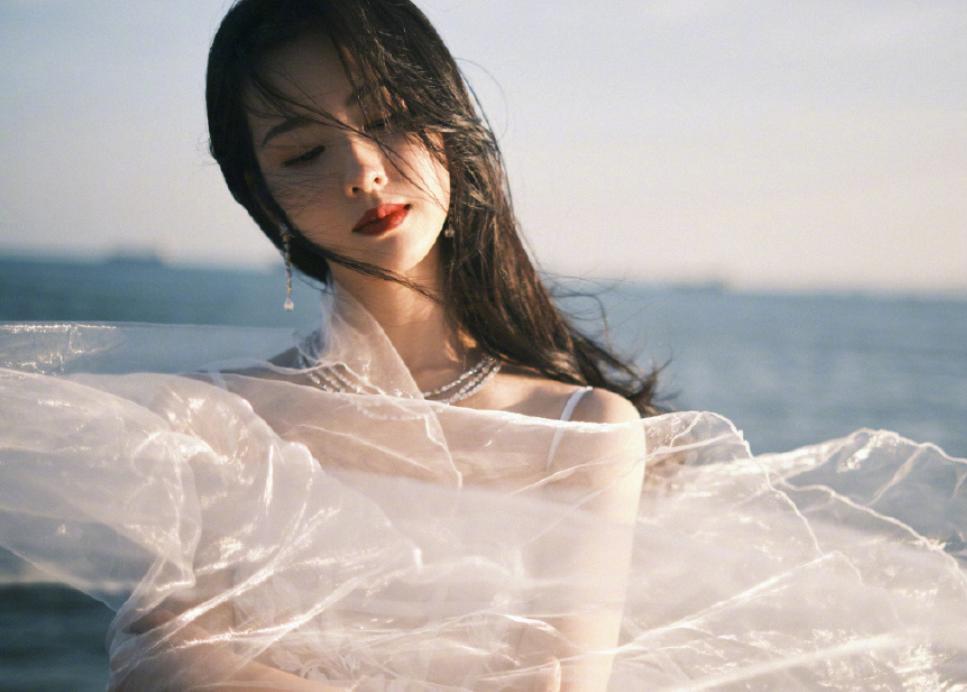 陈都灵海边大片曝光,肩颈线条引人注意,却意外撞脸刘诗诗?