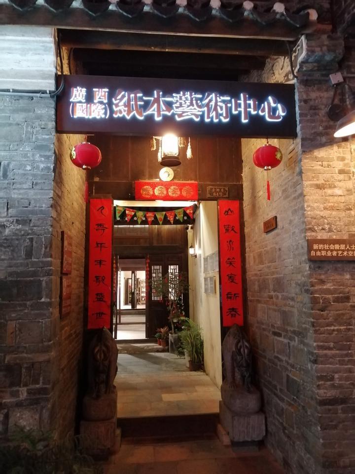 各式古朴的建筑,挂满红红的灯笼,这新地标透着老南宁的气韵