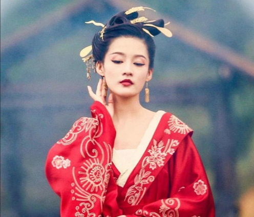 李沁:我可是勇敢的马摘星 用台词梗惹人偏爱 晒素颜照美若天仙