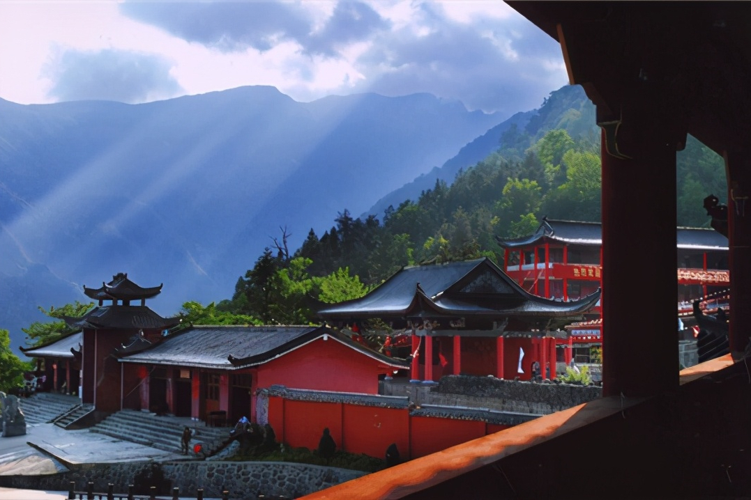 贵州一避暑名山走红,有禅雾与佛光等天象奇观,为千年佛教名山