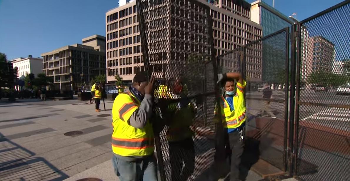 白宫安保大幅升级,竖起2米多高铁网,网友:下一步该挖护城河了