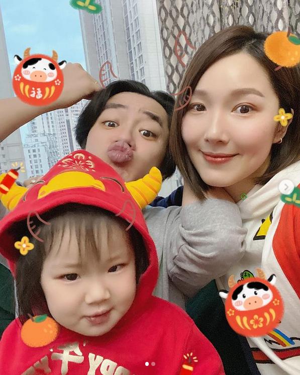 李亞男曬全家福,王祖藍基因太強,兩個小女孩都像他