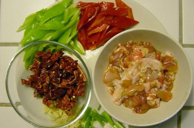 辣子鸡的做法步骤图 川菜大厨教你做辣子鸡看一遍就会窍门都在