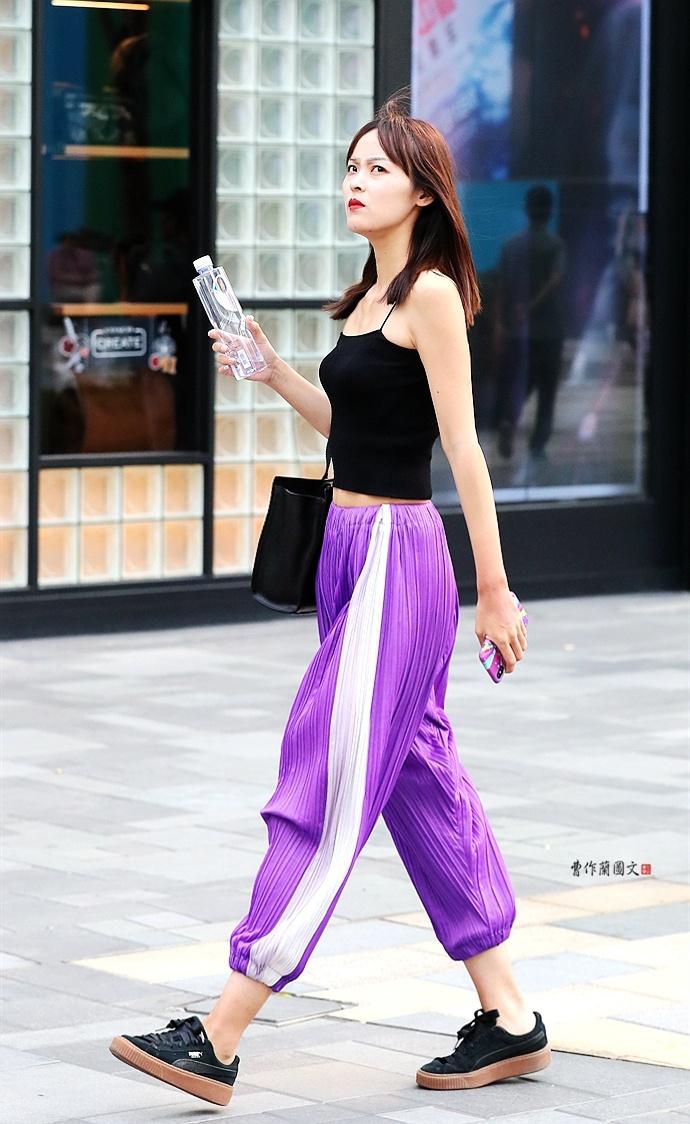 街拍:校园裤美女,在意穿越的感觉