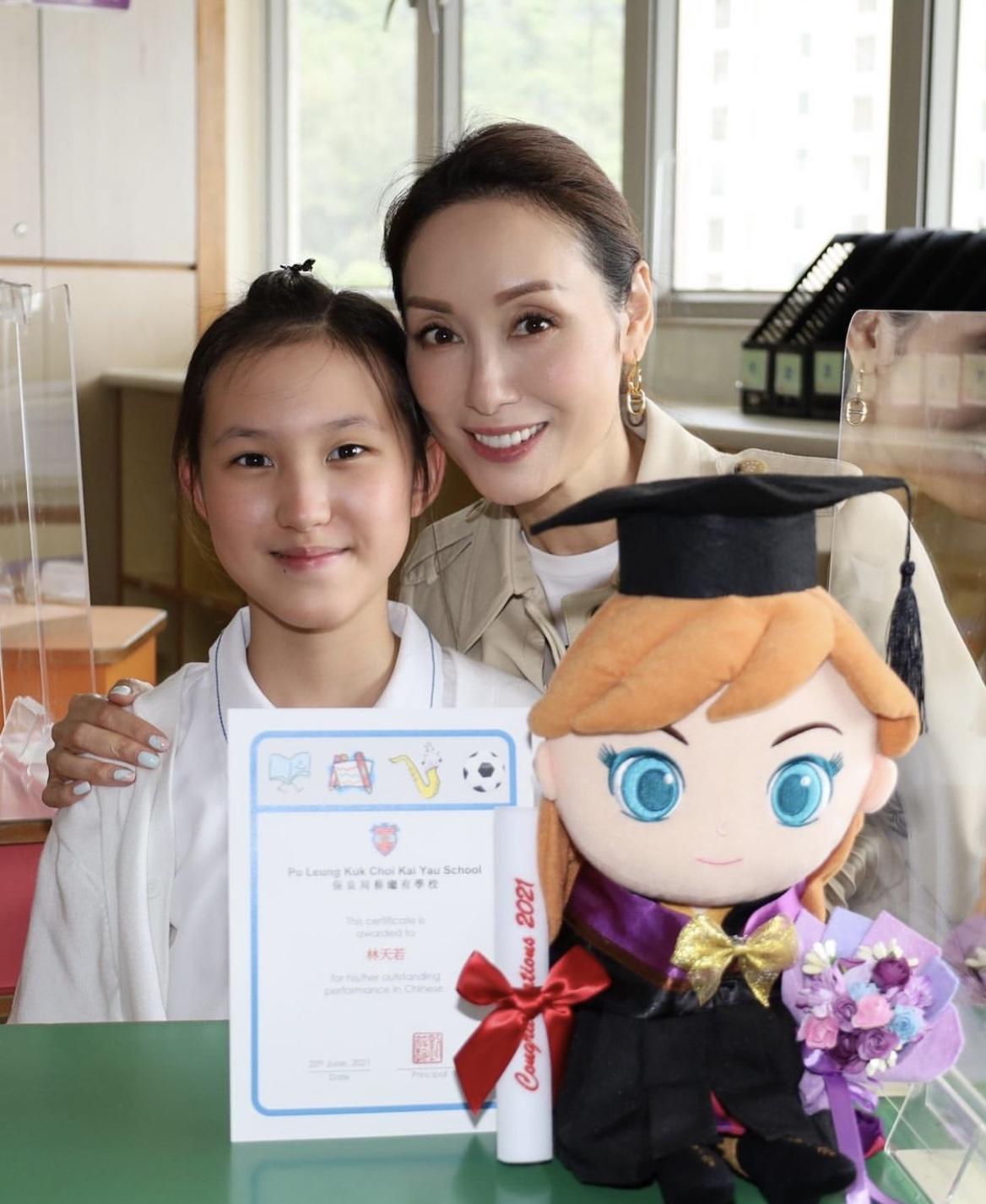 郭可盈女儿小学毕业,连夺三年学科冠军,全家出席毕业礼倍感自豪