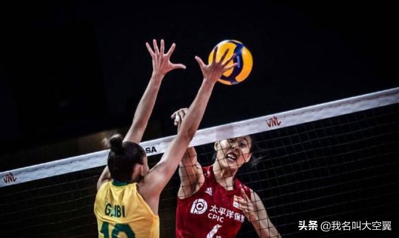 女排世界联赛,中国为何能险胜巴西?球迷给出答案,且大局已定