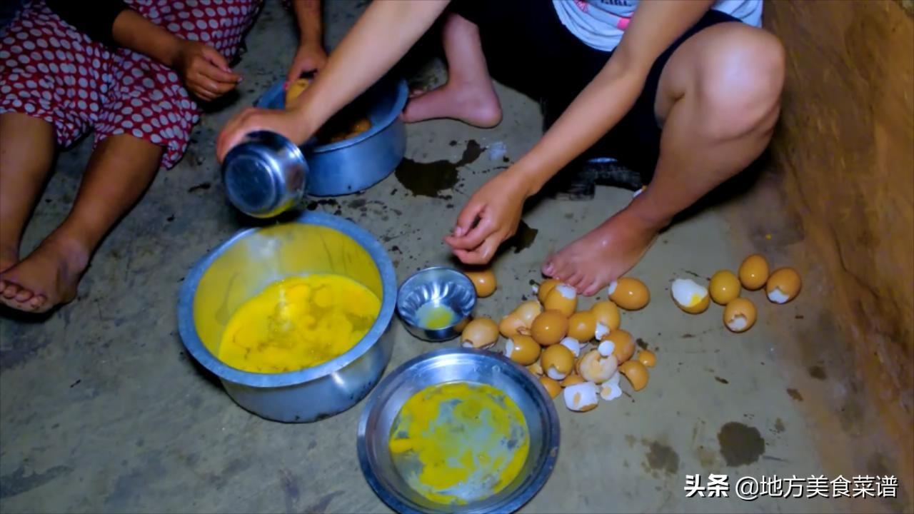尼泊爾農村,村長家請人幹活,中午沒啥菜,兒媳婦炒雞蛋招待大夥