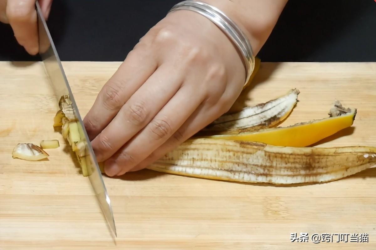 """扔香蕉皮等于在""""扔钱"""",切碎放在厨房角落真厉害,既省钱又实用 家务妙招 第2张"""