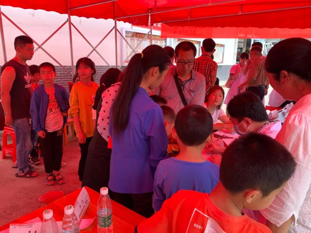 学党史,当先锋,我为群众办实事――炎陵县水口镇义诊、助学活动