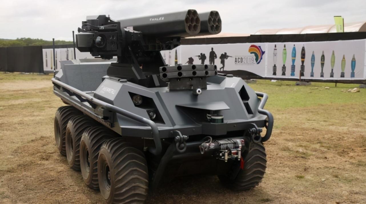两印造地面作战机器人,有的像婴儿车,有的直接用手扶拖拉机改装