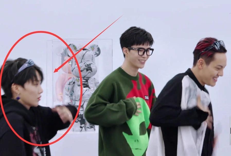 刘雨昕范丞丞跳《女皇》,同时卡点摆pose,c位出道就是厉害